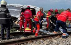 Microbuz cu număr de Botoșani lovit în plin de tren. Opt persoane au fost rănite
