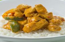 Pui cu sos curry și garnitură de orez