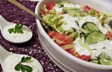 Salată de legume cu dressing de iaurt