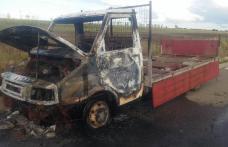 Autoutilitară cuprinsă de flăcări pe un drum din județul Botoșani - FOTO