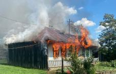Casă cuprinsă de flăcări la Cordăreni. Proprietarul a ajuns la spital cu arsuri - FOTO