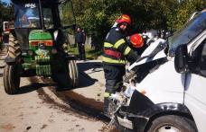 Soți răniți în urma coliziunii dintre autoturismul în care se aflau și un tractor - FOTO