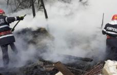 Depozit de furaje incendiat din joacă. Au ars cinci tone de nutrețuri