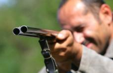 Trei mecanizatori amenințați cu pușca de un consătean