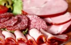 Studiu: Cancerul pândeşte în mezeluri şi în hrana fast-food