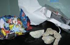 Oferea în loc de telefoane, cutii cu pietre şi ziare