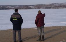 Pescari moldoveni prinşi peste Prutul îngheţat