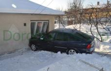 Dorohoi: Datorită alcoolului s-a proptit cu maşina într-o casă de pe strada Sf. Ioan Românul