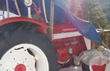 Hoţ ghinionist: a furat un tractor și a intrat cu el într-un cap de pod