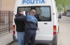 Tânăr recalcitrant, încătușat de poliţişti