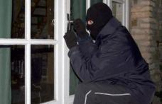 Spărgători de locuinţe depistaţi de poliţişti