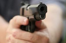 Un bătrân din Dumeni a tras cu pistolul în vecinii săi