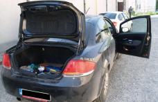 Autoturisme căptuşite cu mii de ţigarete de contrabandă