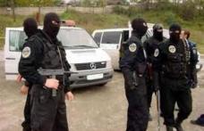 Membrii unei grupări infracţionale, cercetaţi în stare de arest preventiv