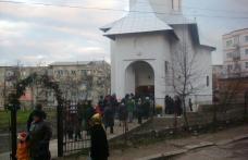 Sute de dorohoieni la slujba de deschidere a noii biserici din cartierul Plevna