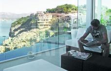 Gică Popescu îşi vinde vila cu pereţi de sticlă, după ce a luat ţeapă în afaceri, pierzând milioane de euro