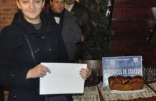 """""""Cozonacul de Craciun"""", oferit de Partidul Conservator cistigat de jurnalista Claudia Gurzu"""