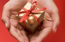 Mulţi români se gândesc să renunţe anul acesta la cadourile de Crăciun