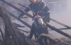 Acoperiş incendiat de un coş de fum