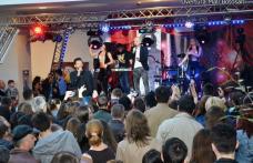 Sute de botoșăneni la concertul cu trupa Alb și Negru de la Uvertura Mall - FOTO