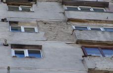[VIDEO] Dorohoieni – ATENTIE la tencuiala care cade de pe blocul turn