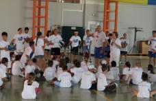 Tabără de baschet organizată de voluntari ai Asociaţiei HCI din Dorohoi şi din SUA - FOTO