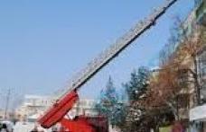 Ţurţuri de gheaţă îndepărtaţi de pompieri