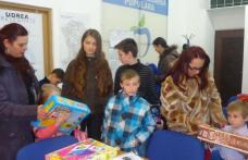 Daruri oferite copiilor de către membrii Partidulului Mișcarea Populară filiala Botoșani - FOTO
