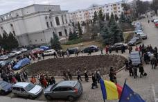 "VIDEO | GREVA PROFESORILOR | Botosanenii il spurca pe Boc "" Sa-l i-a dracu """