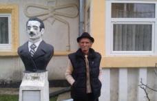 Moş Dumitru, artistul rom din Dorohoi care şi-a făcut singur statuie în curte, a ajuns vedetă națională