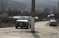 Un stâlp de electricitate a fost uitat de zece ani în mijlocul drumului