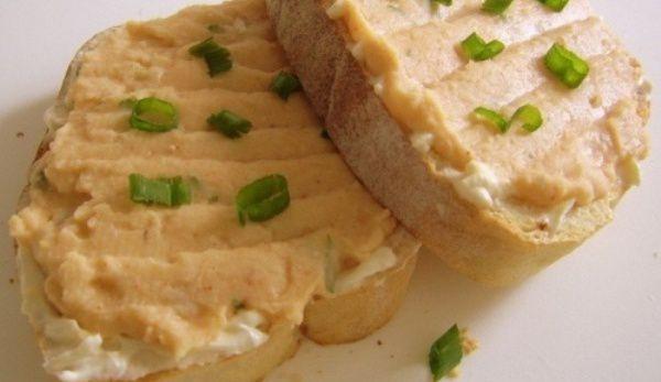 Tartine cu brânză și cremă de fasole