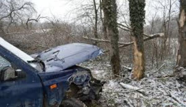 masina-izbita-in-copac-iarna
