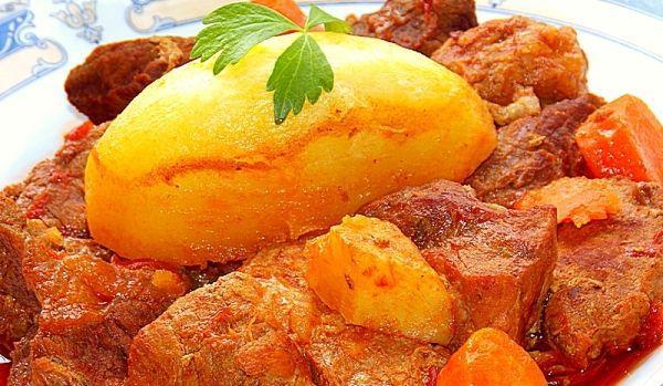 Tocana-de-vita-si-porc.-Cu-cartofi-muiati-in-sos