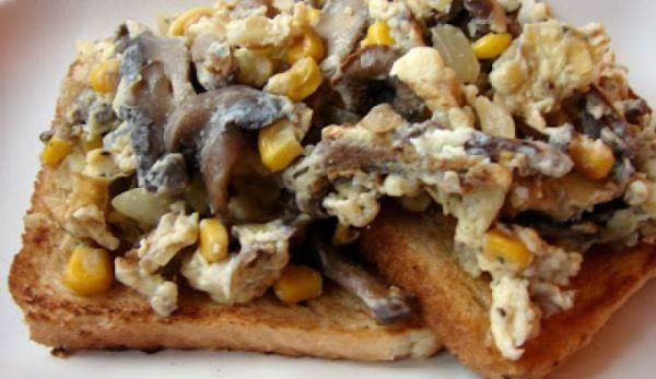 omleta-cu-ciuperci-si-porumb-pe-toast
