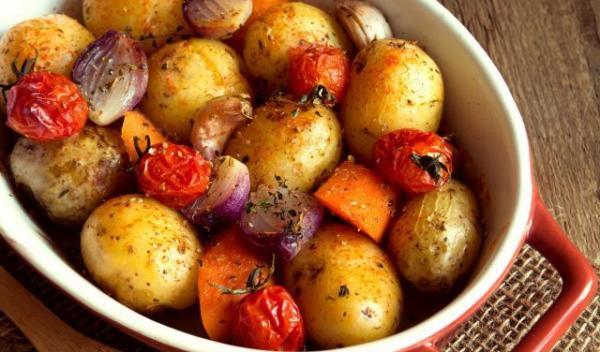 cartofi-la-cuptor-cu-legume