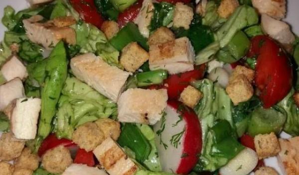 salata-cu-pui-și-crutoane