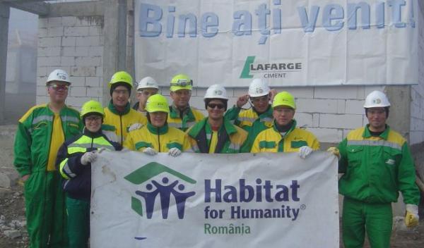 1 nov 2010_angajatii lafarge lucreaza la constructia locuintelor pentru sinistrati pe santierul Habi