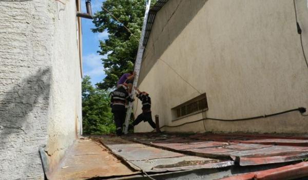 Baiat coborat de pompieri - cladire