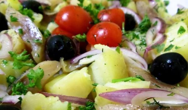 salata-de-cartofi-cu-peste-afumat