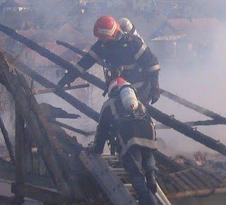 pompieri pe acoperis